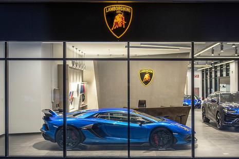Lamborghini abre en Barcelona: ropa, complementos, música... y coches