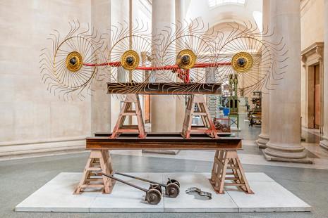 Mike Nelson exhibe los restos del naufragio industrial en la Tate Britain de Londres
