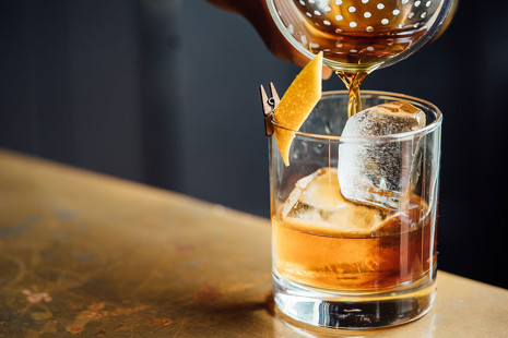 Una ruta refrescante (y nocturna) por las 3 mejores coctelerías de España