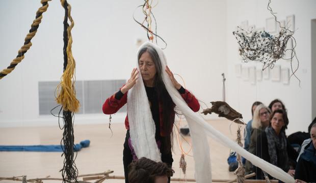 Cecilia Vicuña: poesía y arte ritual contra el cambio climático