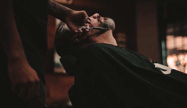 """""""¿Cómo se lo cortamos, caballero?"""":  7 barberías españolas para quedarse a vivir"""