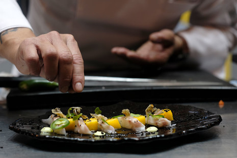 Dos chefs, un reto: cocinar pescado en crudo, y que esté delicioso