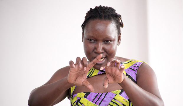 """Adong Judith, dramaturga de Uganda: """"Mi teatro combate la homofobia, la corrupción y la explotación"""""""