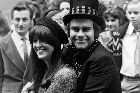 De Studio 54 al odio de Tina Turner: los 5 grandes escándalos que cuenta Elton John en su autobiografía