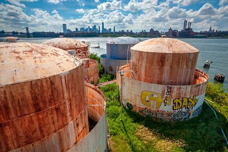 Reliquias industriales: Brooklyn se moviliza para conservar sus tanques de petróleo